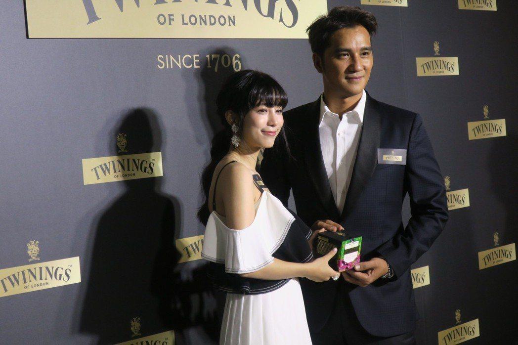 馬志翔與溫貞菱向大家介紹唐寧茶最新產品。記者蘇詠智/攝影