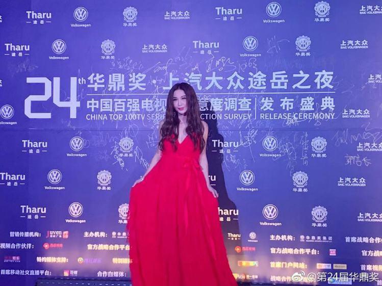 溫碧霞一身火紅禮服成為華鼎獎紅毯焦點。圖/摘自微博