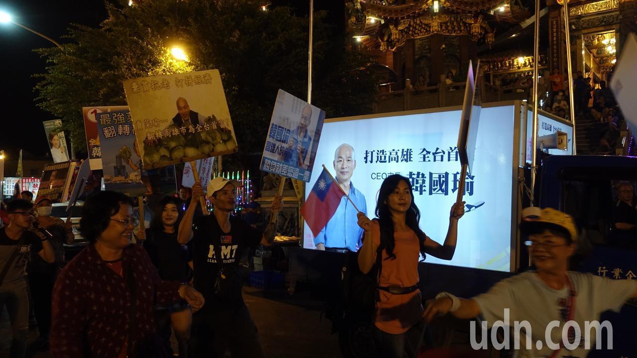 韓國瑜支持者在廟埕前高喊,韓國瑜凍蒜。記者劉星君/攝影