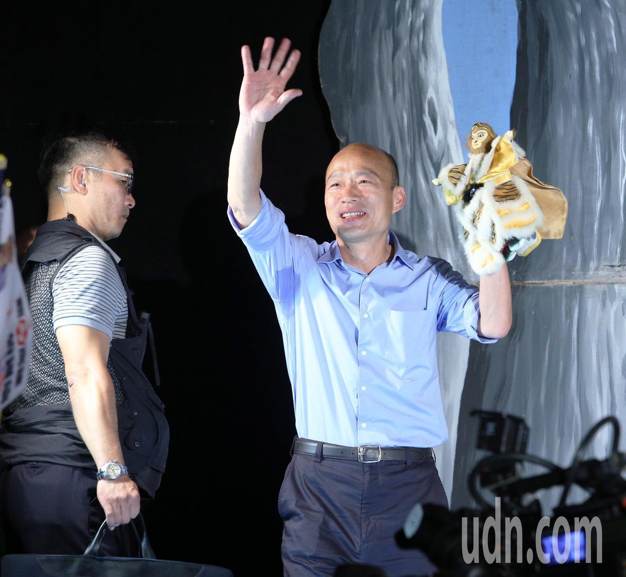 韓國瑜手拿著孫悟空布袋戲偶現身。記者劉學聖/攝影