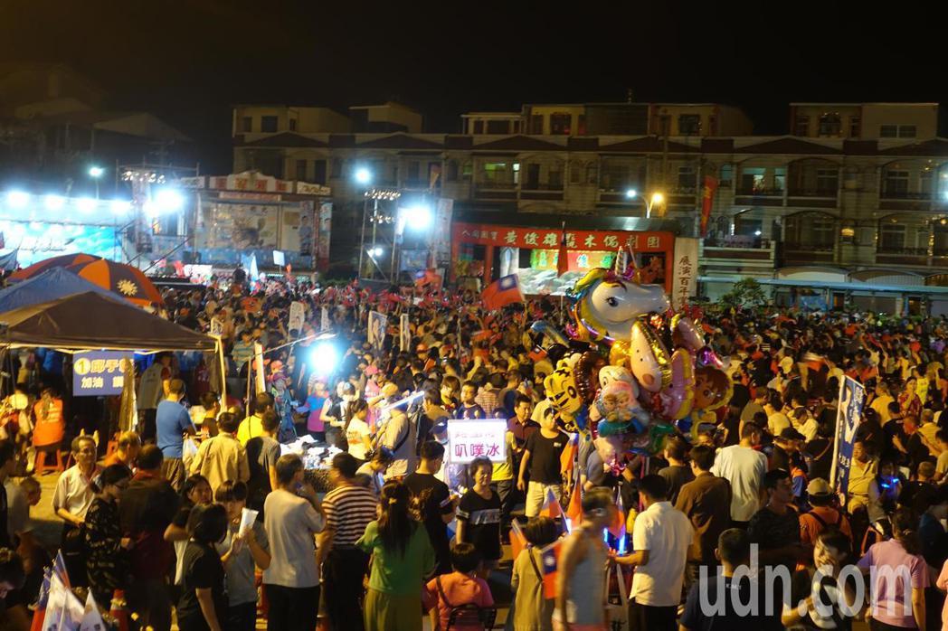 高市林園區廣應廟晚間湧入近萬人。記者劉星君/攝影