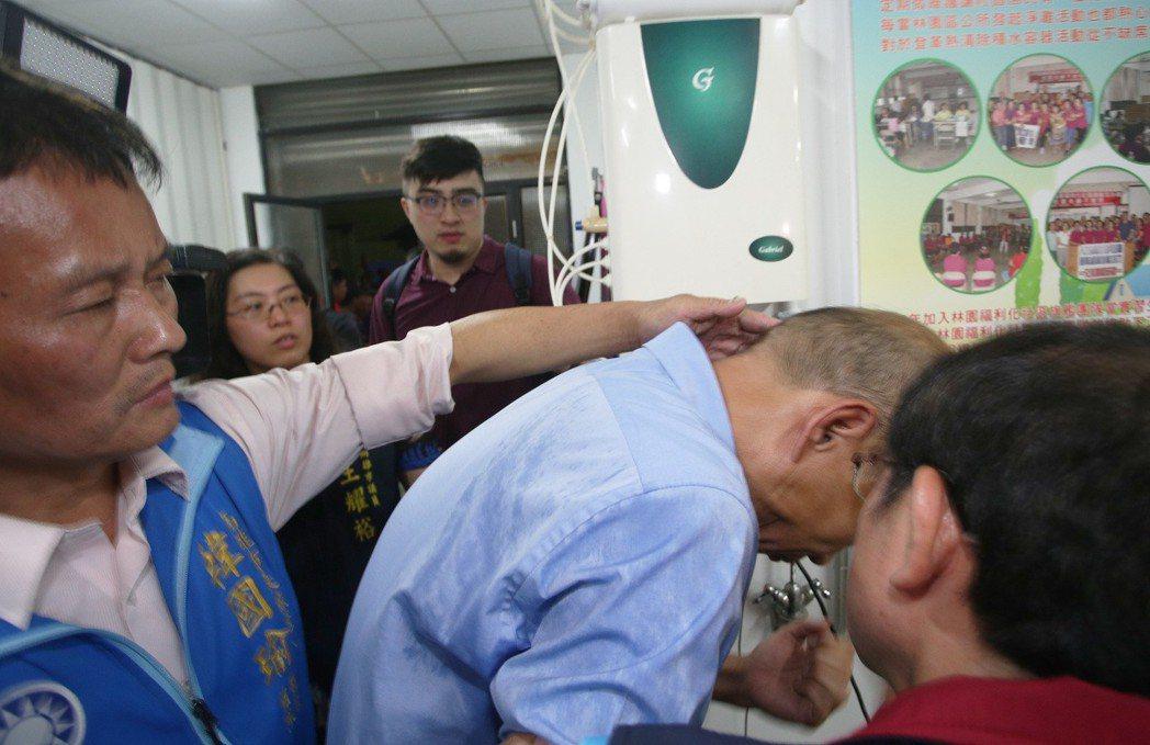 韓國瑜接受完媒體聯訪後,準備離去時,在跟議員談話,頭不小心撞上一旁的飲水機,虛驚...