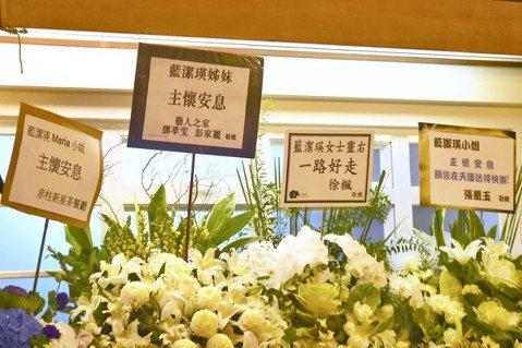 香港中新社9日報導,香港女星藍潔瑛於本月3日被發現倒斃家中,終年55歲。其所屬天主教會在9日晚上為她舉行追思彌撒。當晚教堂內外放滿悼念藍潔瑛的鮮花,也有多名演藝界人士及逾500名市民和影迷擠滿教堂,...