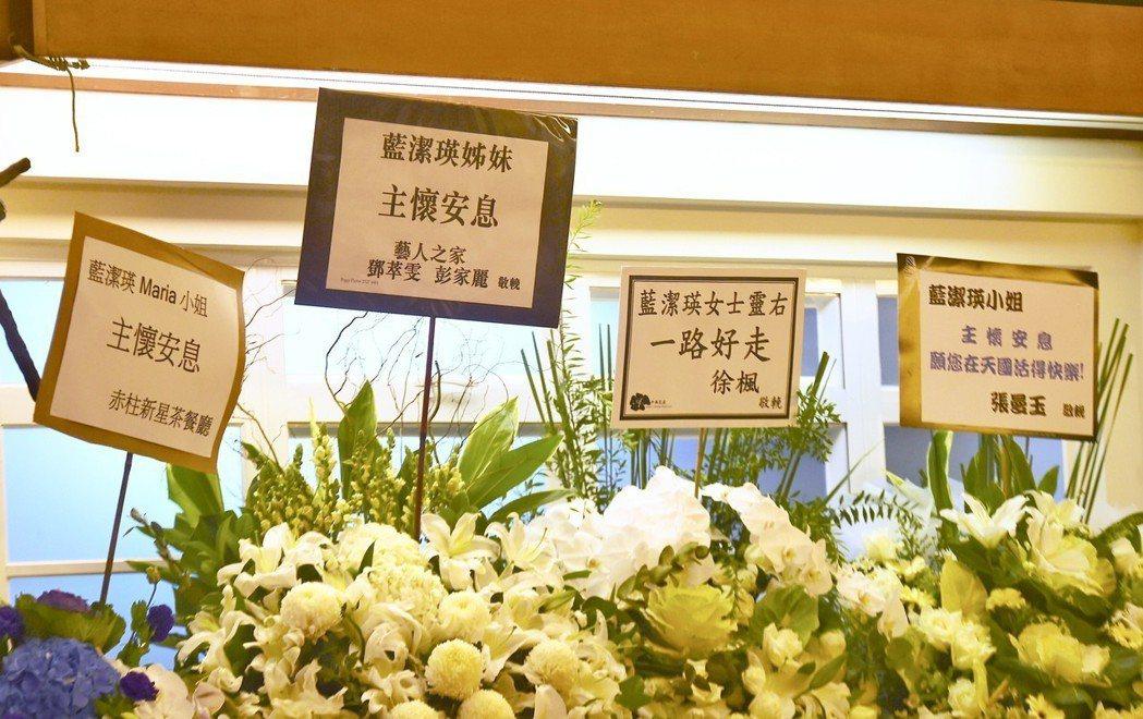 香港女星藍潔瑛所屬天主教會為她舉行追思彌撒,徐楓和張曼玉等演藝巨星送花。中通社