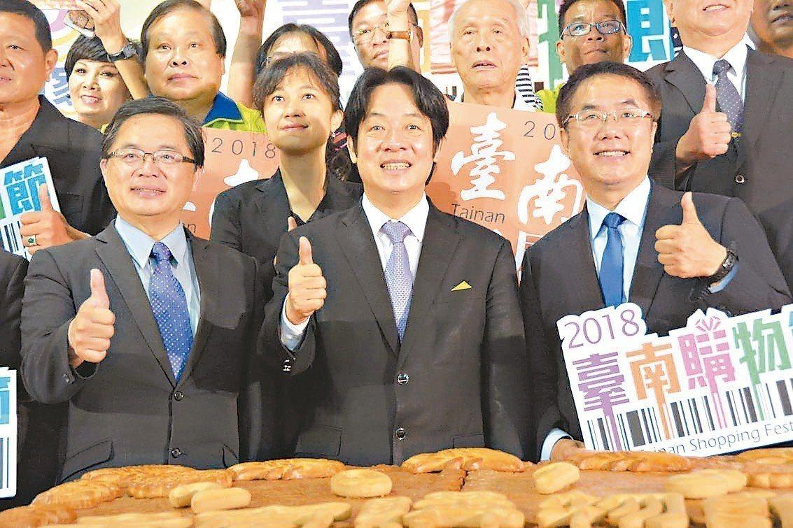 行政院長賴清德(中)與台南市長候選人黃偉哲(右)同台。 記者吳淑玲/攝影