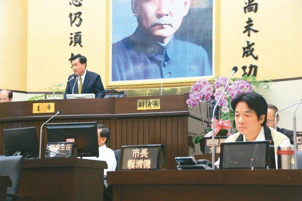 國民黨籍的李全教四年前(後左)當選台南市議長,當時台南市長賴清德(右前)指控他賄...