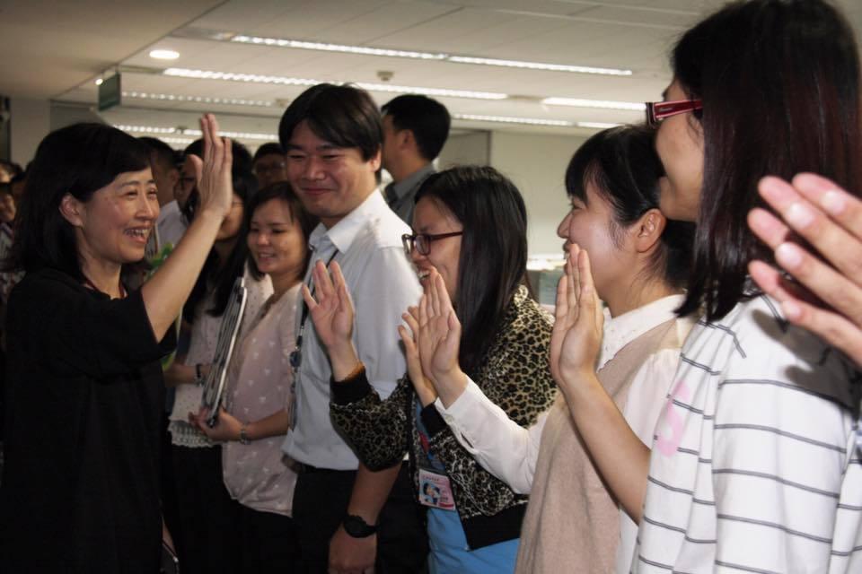 新北市教育局長林奕華(左) 昨天遞補國民黨不分區立委,前一天教育局所有人員為她辦...