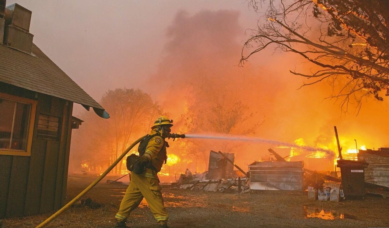 北加州布特縣八日森林大火,消防隊員的水柱顯得很無力。 (歐新社)