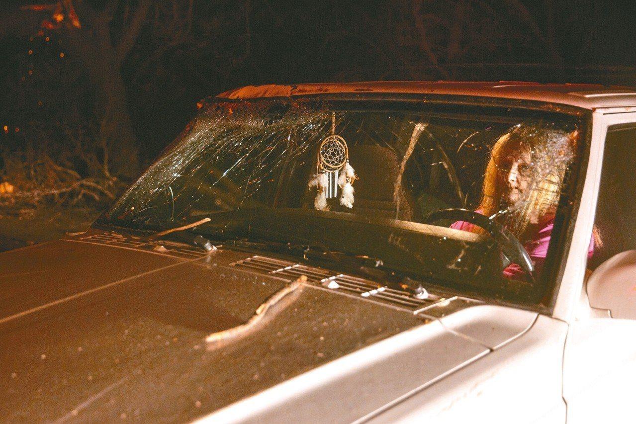 加州八日大火,一位布特縣民駕車逃生時擋風玻璃遭大樹擊中,死裡逃生。 (歐新社)