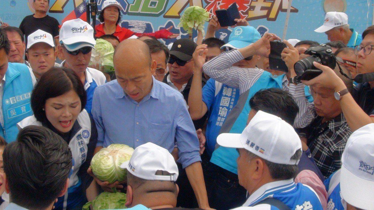 韓國瑜上午在雲林,遇到農民捧高麗菜下跪陳情。記者陳雅玲/攝影