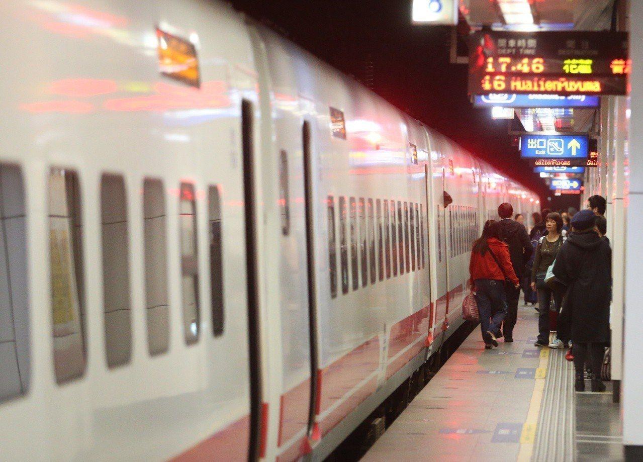 台鐵目前提出砍班計畫,擬減少9班早晚班行車區隔,預估選後調整。對此,台鐵局長張政...