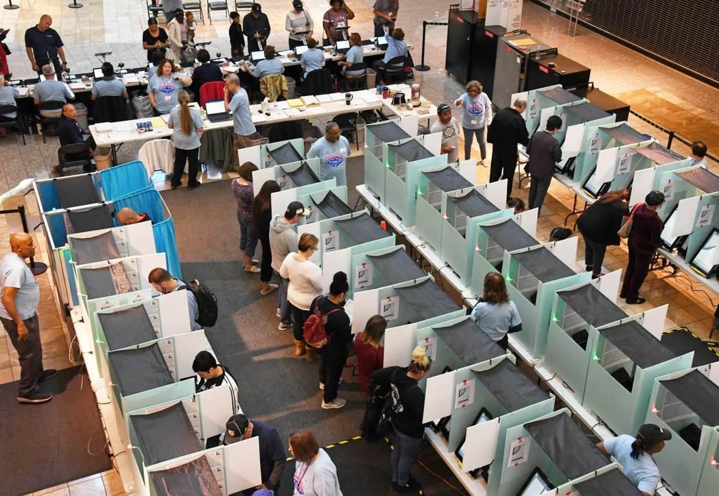 這次美國期中選舉投票率創下近半世紀來新高,內華達州一處投票所湧進不少選民。 ...