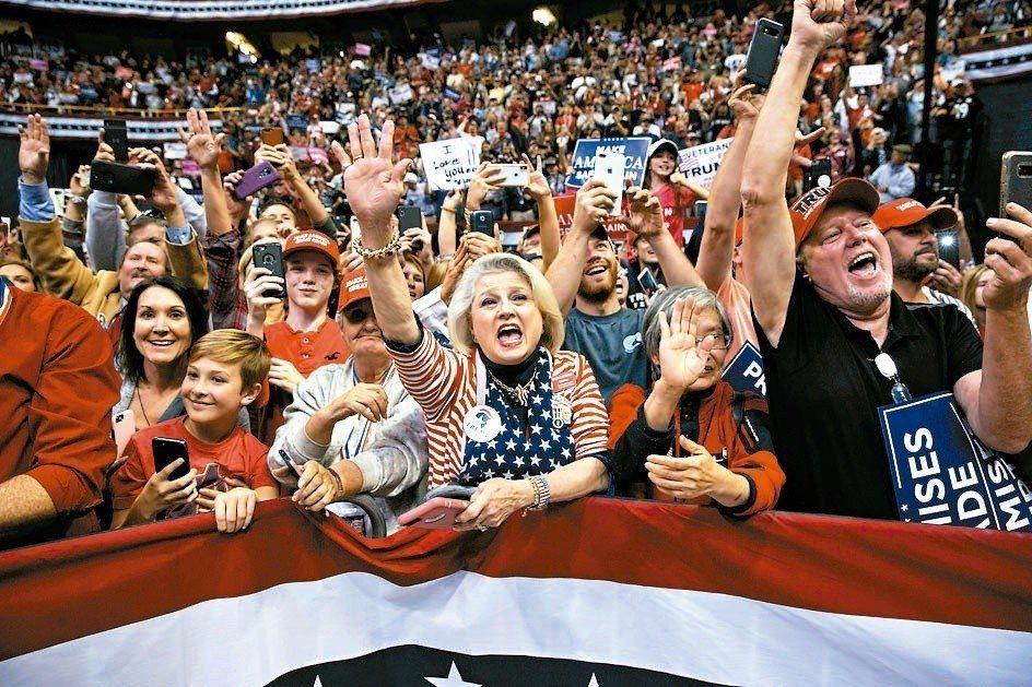 充滿情緒的選舉戰術激出許多政治光譜兩端支持者投票,讓投票率及兩黨得票率創近幾屆期...