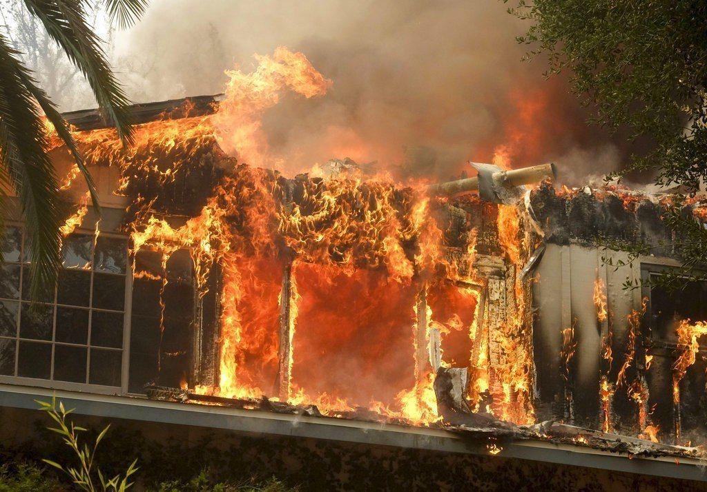 剛經歷一場槍擊案浩劫的千橡市,驚魂未定又遭遇「Woolsey」大火,狀態嚴峻。美...