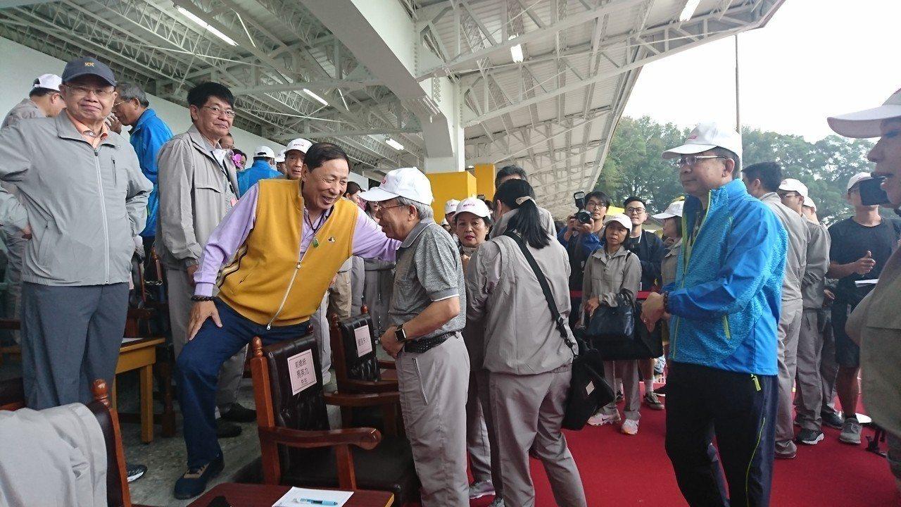 王文淵跟參加運動會的來賓寒暄。聯合報記者/黃淑惠攝影