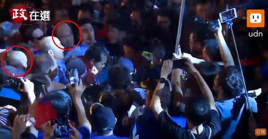 韓國瑜8日晚間在旗山造勢,湧入約3萬名支持者,被人潮團團包圍,連上下兩個包圍韓總...