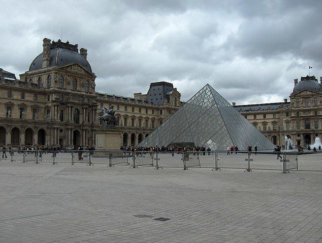 羅浮宮成立於1793年,位於法國巴黎市中心的塞納河邊,原本是法國王宮,現在則是世...