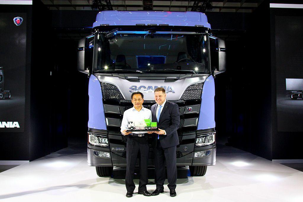 新世代Scania車款已經獲得Air Products三福氣體公司訂購,在發表會更由Scania亞太區域負責人暨永德福汽車董事長Anders Gustafsson進行交車儀式。 記者張振群/攝影