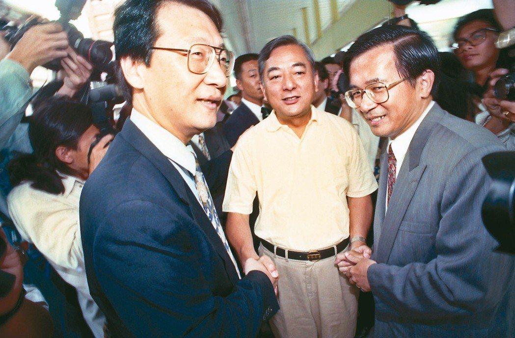 1994年台北市長選舉,當時的三位候選人陳水扁(右)、趙少康(左)、黃大洲(中)...