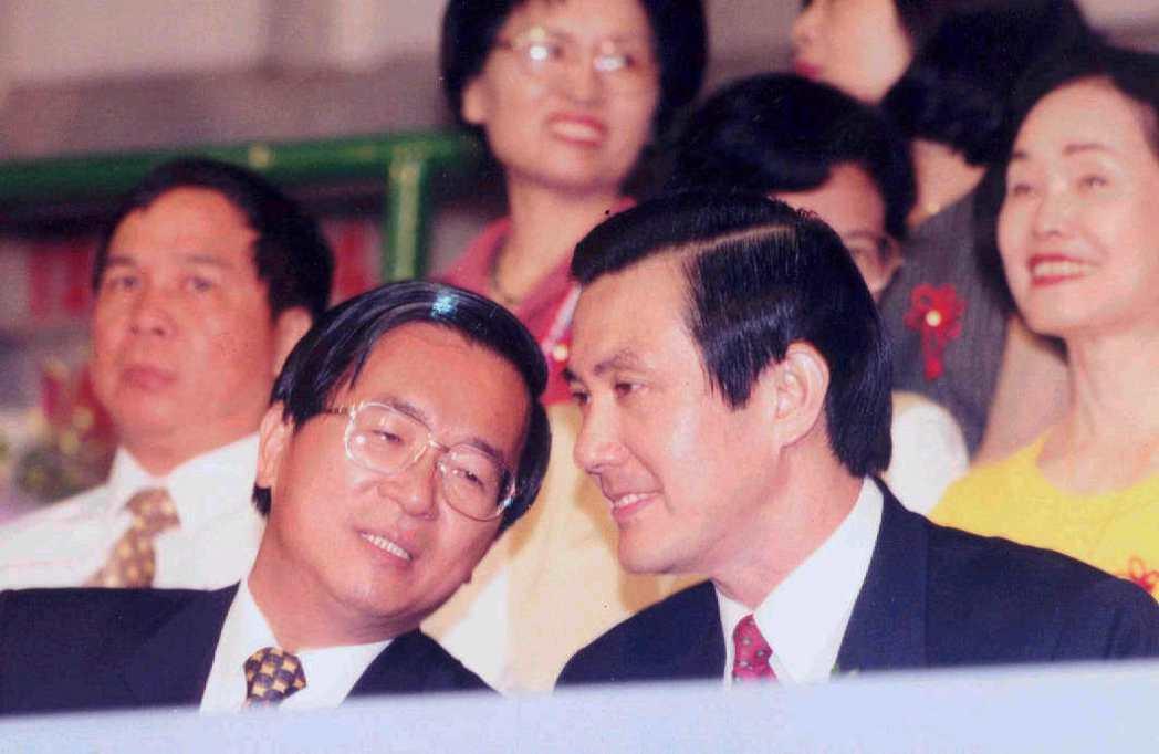 1998年馬英九宣布參選台北市長後,在北一女畢業典禮中和市長陳水扁首次碰面。 圖...