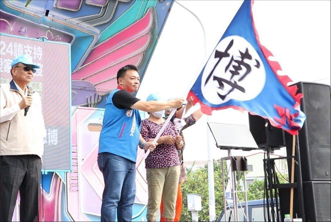 自救會受災戶代表蔡花美(左三)授旗給高思博。