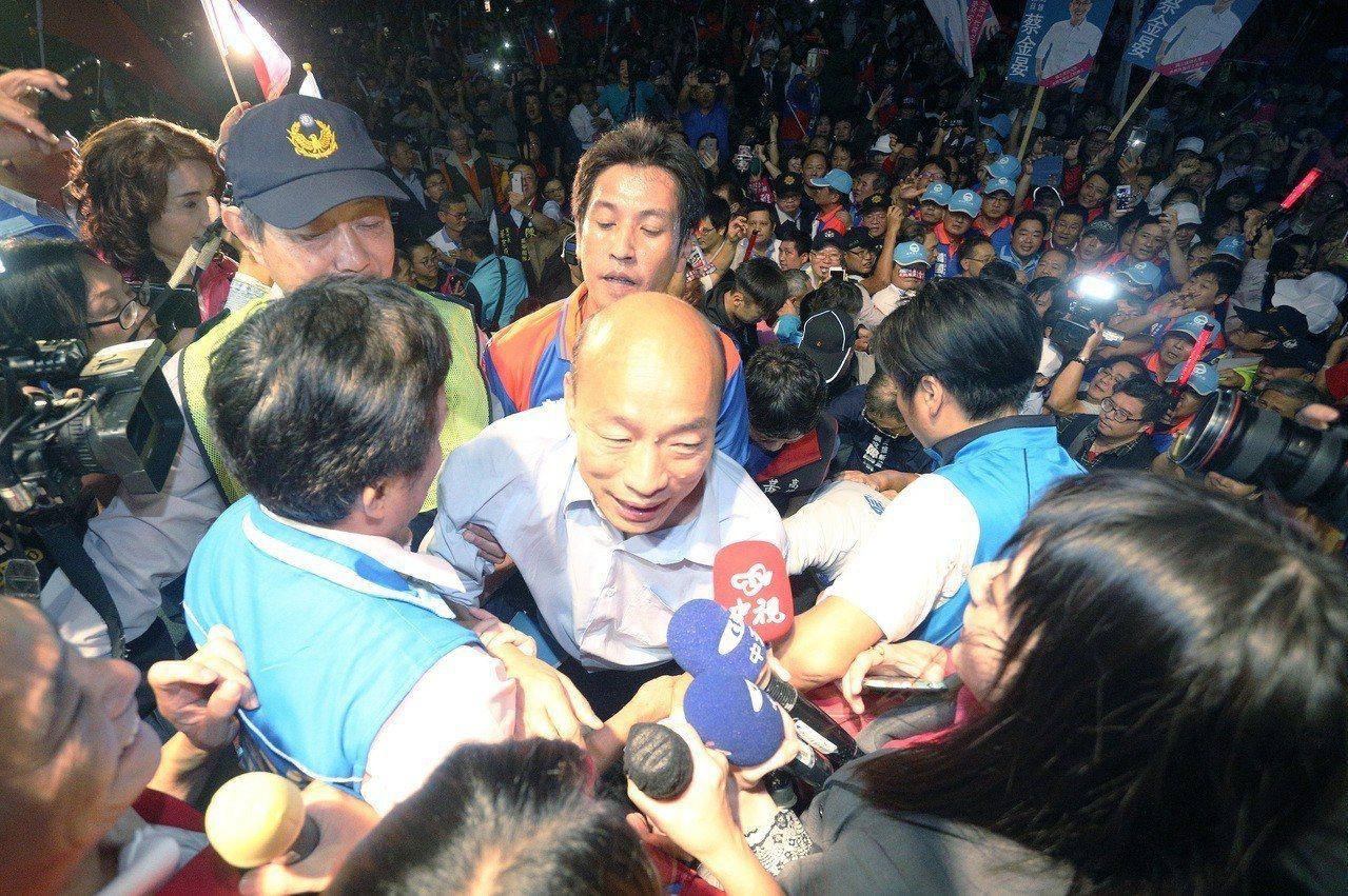國民黨高雄市長人候選人韓國瑜(前左三)造勢場人氣滿滿。圖/聯合報資料照