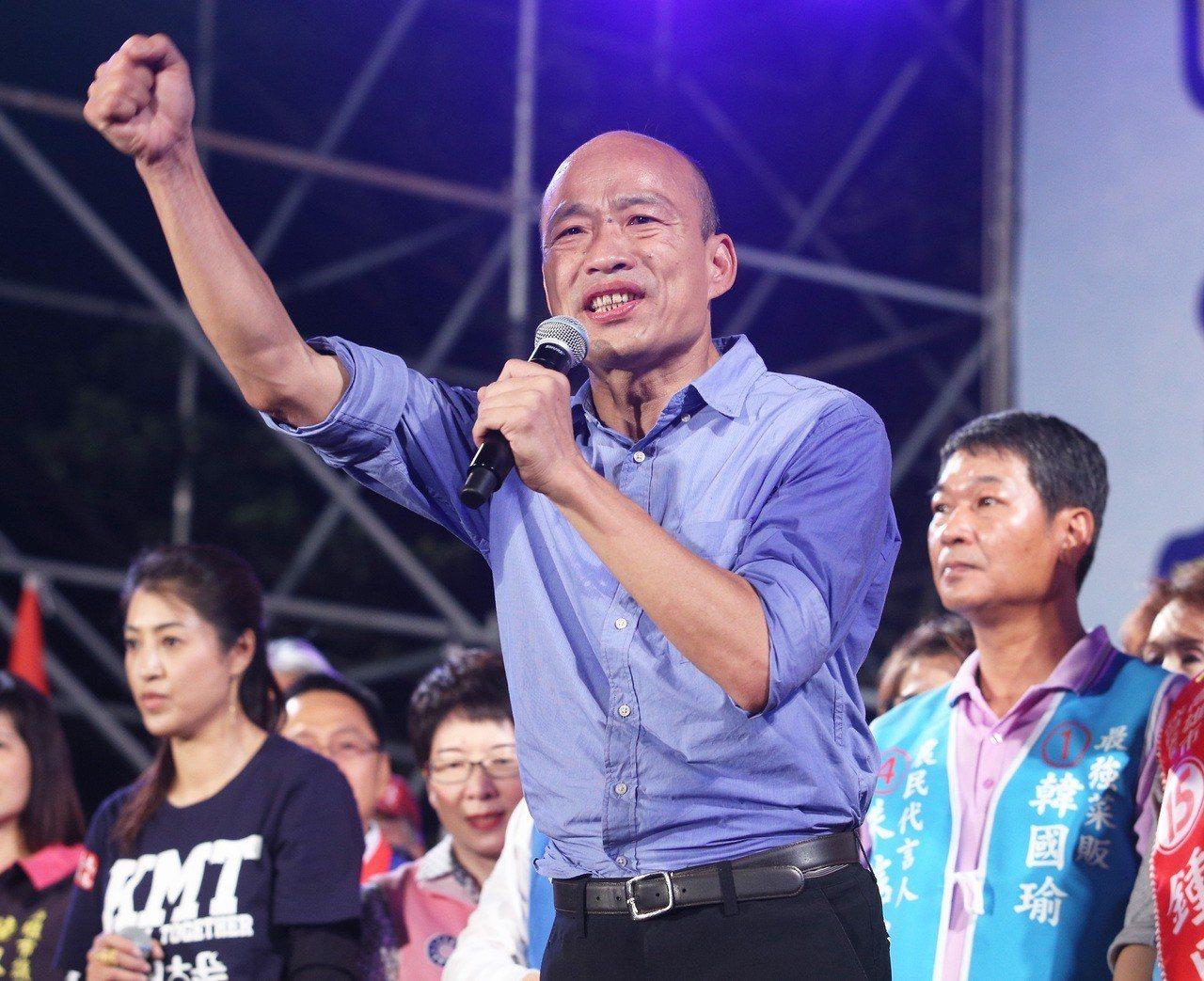 國民黨高雄市長候選人韓國瑜8日在造勢會場唱軍歌「夜襲」, 他強調是造勢定為「旗山...