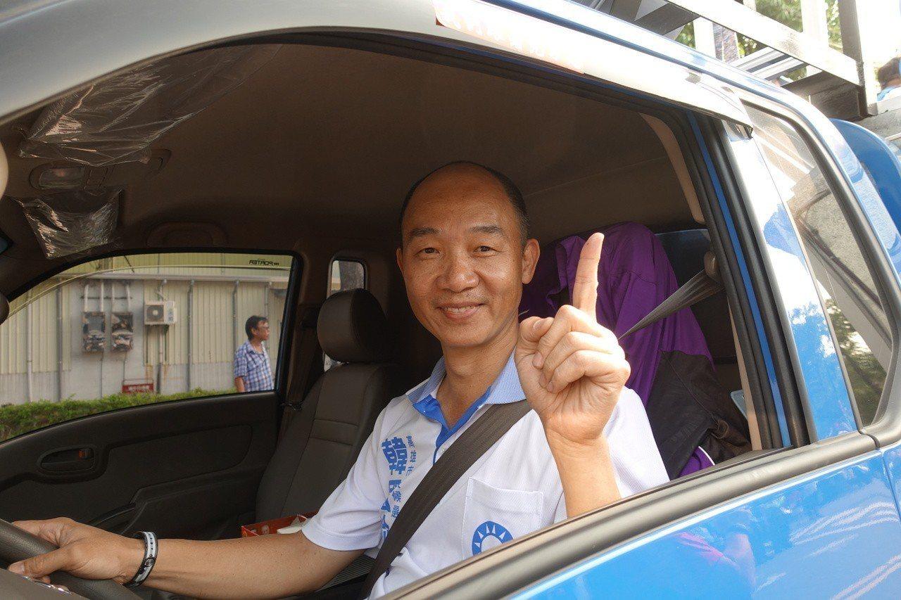 國民黨高市長候選人韓國瑜現在只要現身公開場合,頓時遭「韓流」襲擊,引發民眾瘋狂,...