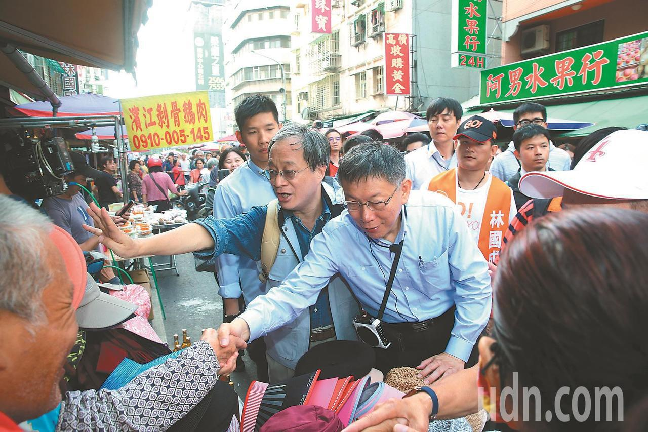 台北市長柯文哲(右二)8日起請假後,安排不少掃街拜票行程。圖/本報資料照片