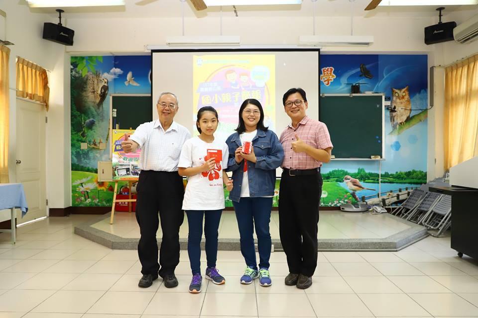 鹿滿國小母女檔劉芳妙和劉昱秀(左三)、(左二)連兩年蟬聯冠軍。圖/林俊良提供
