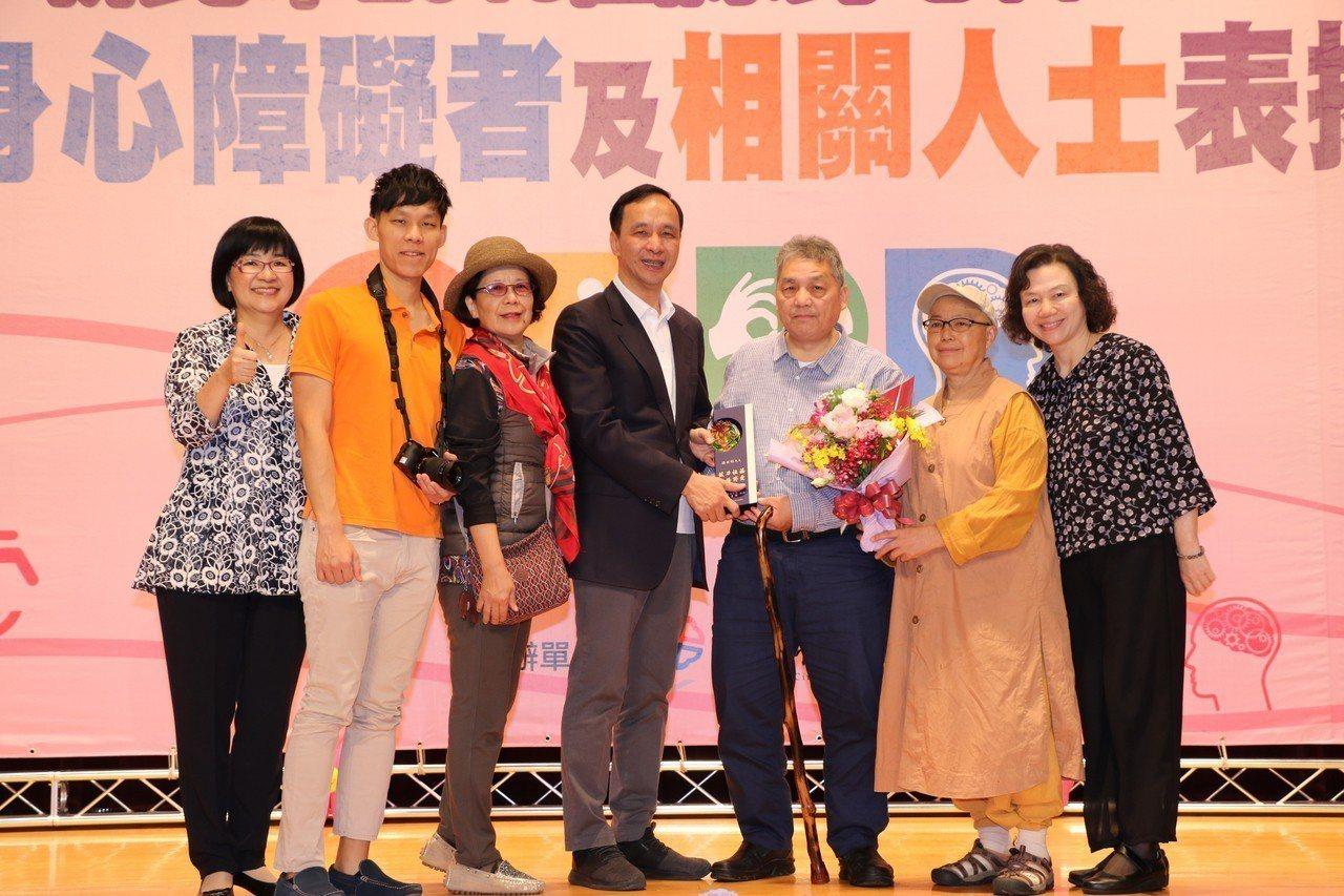 在北海新生活社福促進會服務的楊世彬(右3)獲得朱立倫的表揚。圖/新北社會局提供