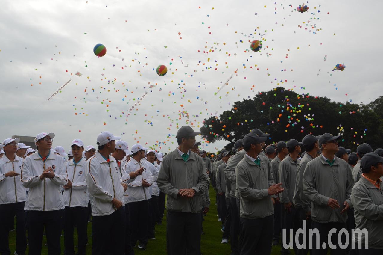 台塑運動會上施放和平鴿和氣球。記者施鴻基/攝影