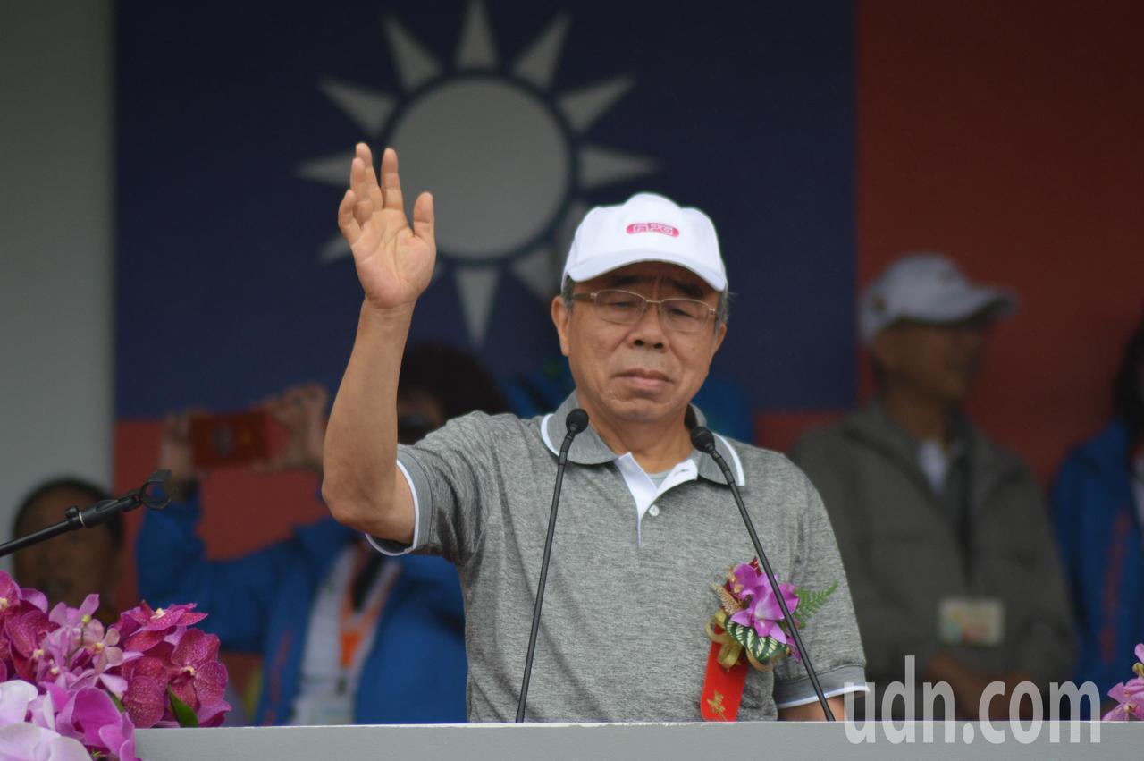 台塑集團總裁王文淵向進場運動員致意。記者施鴻基/攝影