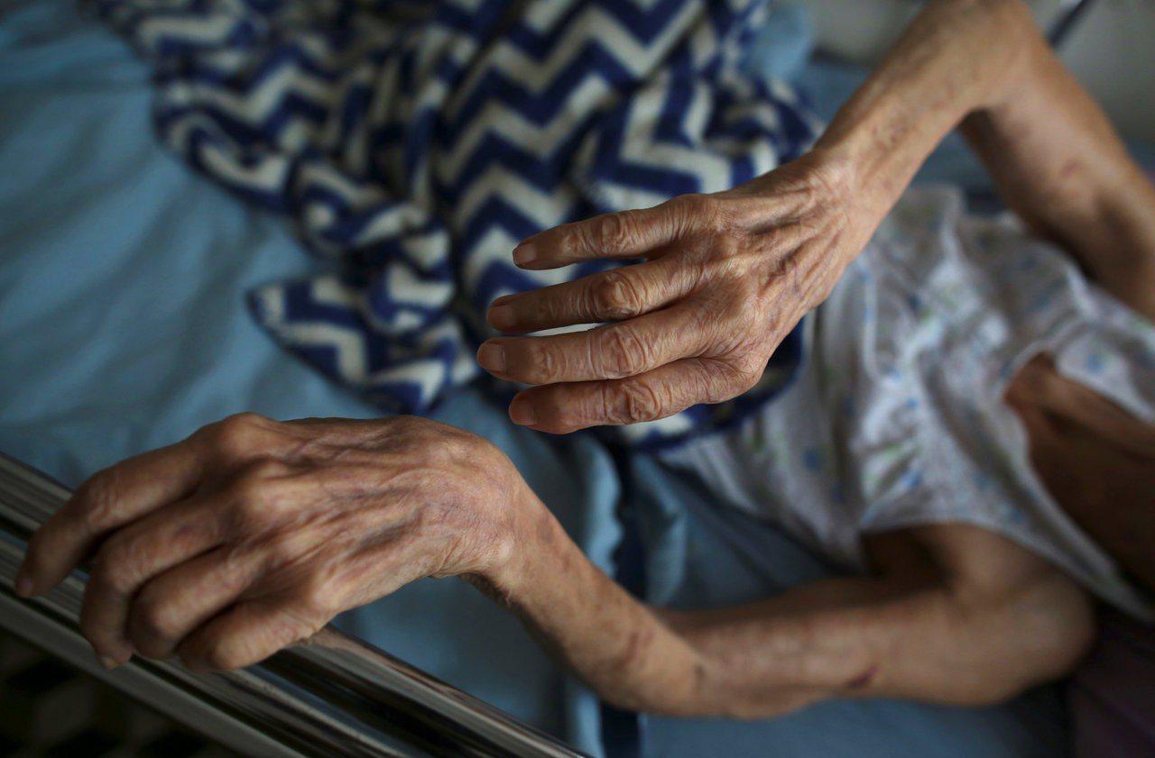 荷蘭一名醫生替失智老婦實施安樂死而遭起訴,這是荷蘭2002年安樂死合法以來首例。...