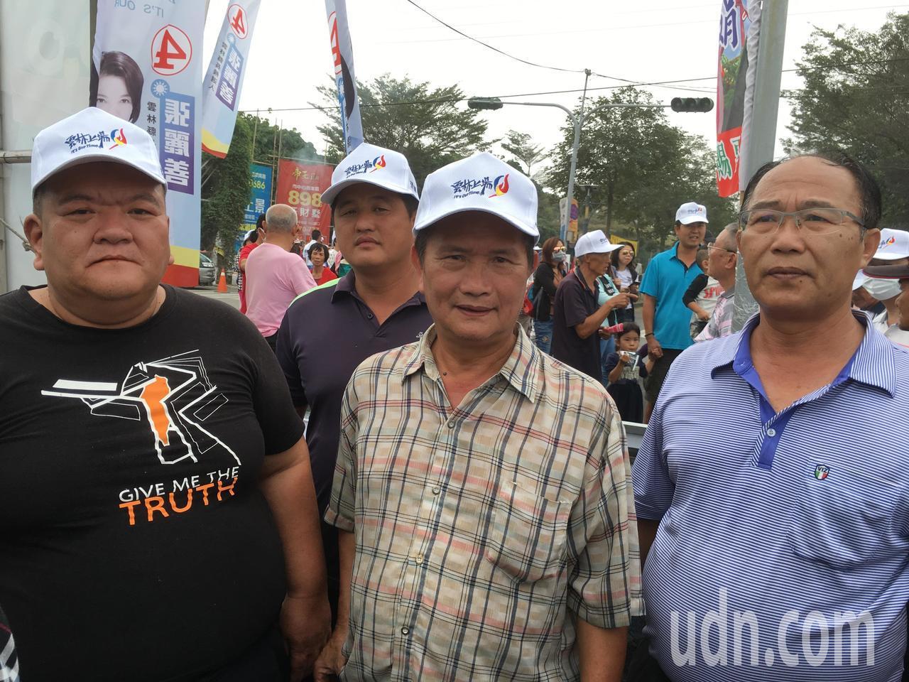 農民髮蠟哥(左)今到會場向韓國瑜陳情。記者陳雅玲/攝影