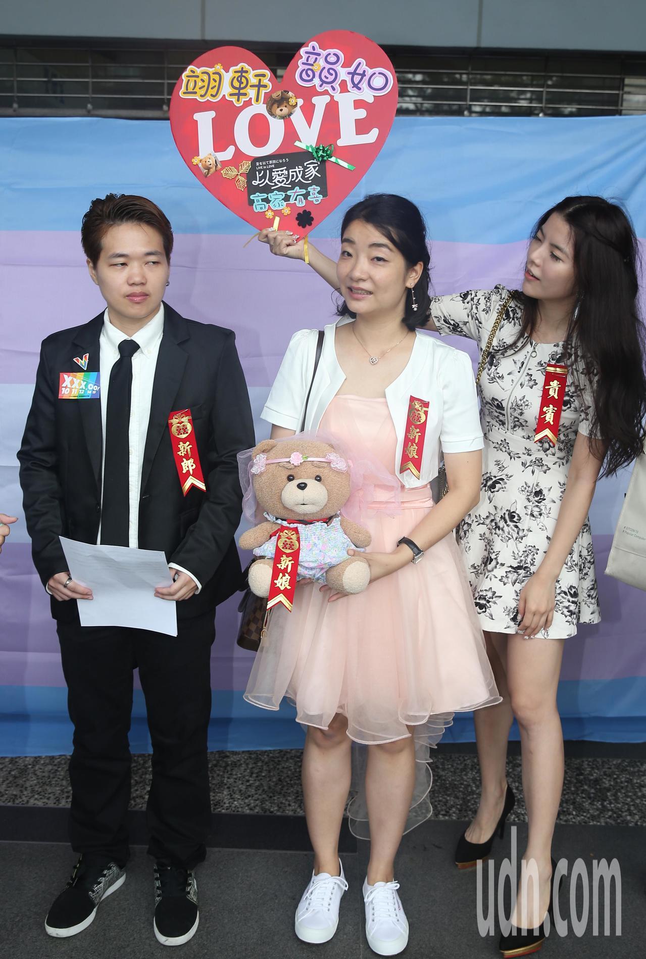 跨性別男生Austin(左)與Juliann(中)上午結婚登記,受到台灣性別不明...