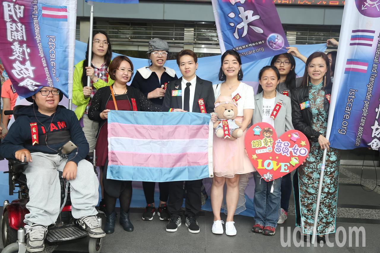 跨性別男生Austin(中)與Juliann(右四)上午結婚登記,受到台灣性別不...