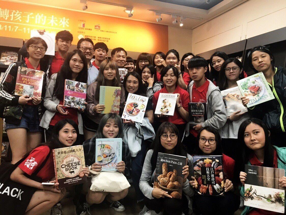 益品書屋巡迴書展,即日起進駐台中嶺東科技大學。