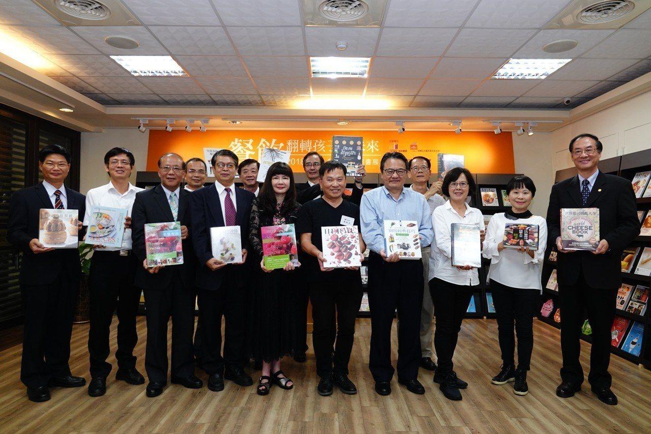 王品集團創辦人戴勝益(右五),希望透過巡迴書展,提昇全民的閱讀學習風氣。