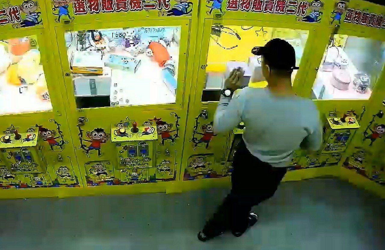 新北市莊姓男子在永和區仁愛路無人看顧的夾娃娃機台店,涉嫌利用強力磁鐵的輔助,偷走...