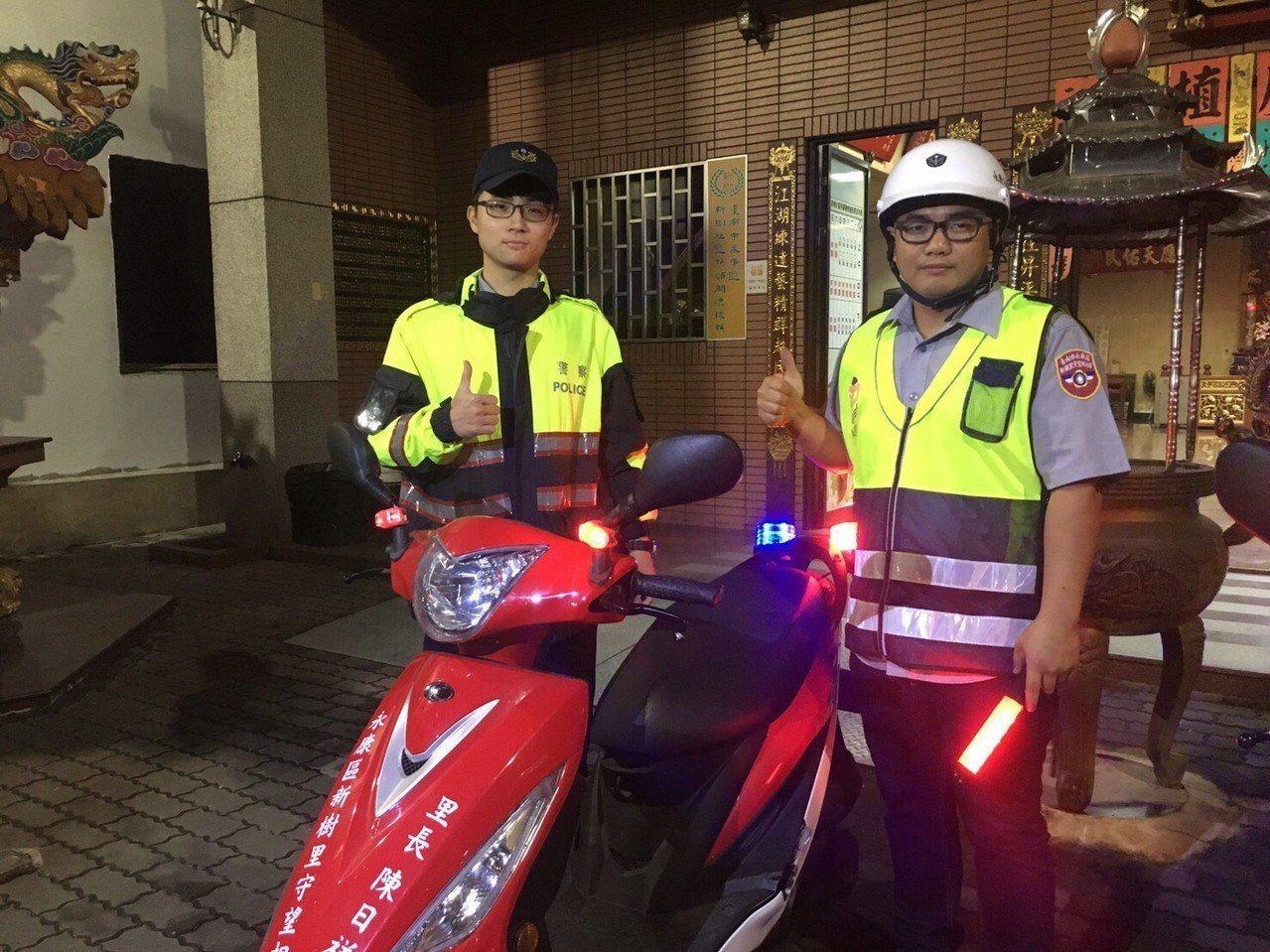 員警為夜間騎車的社區巡守隊員及年長民眾加裝閃光燈, 提升行車安全。圖/員警提供