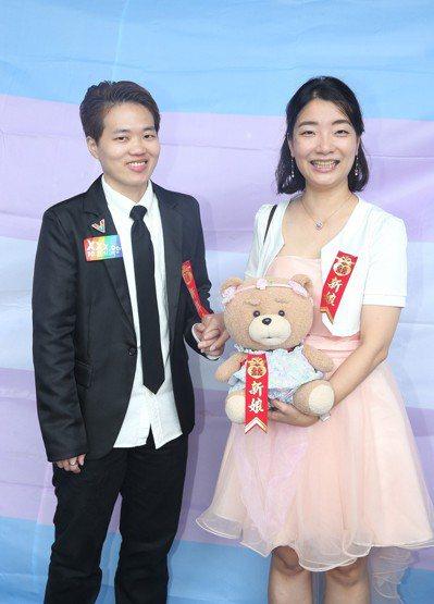 跨性別男生Austin(左)與Juliann上午結婚登記,受到台灣性別不明關懷協...