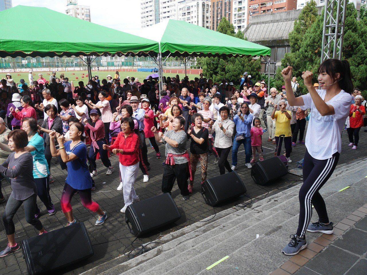 國立台灣師範大學舉辦「高齡夢想市集」,共有數百位銀髮族齊聚。圖/台師大提供