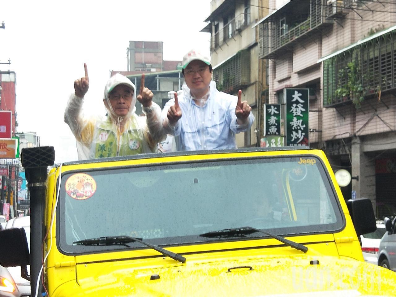 民進黨基市長候選人林右昌今天上午陪同市議員候選人陳志成掃街拜票。記者游明煌/攝影