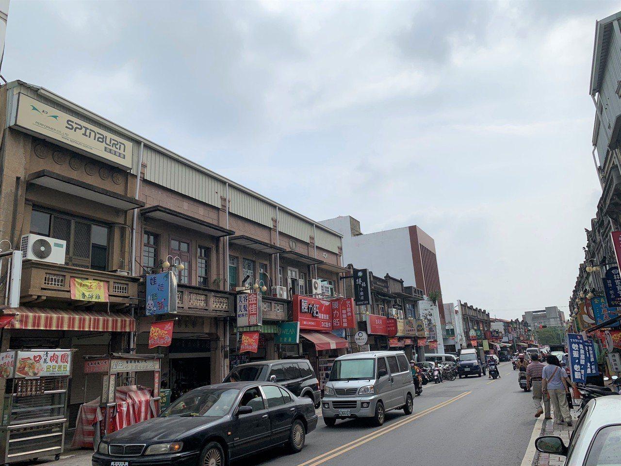 台南新化老街因夾娃娃機進駐引起軒然大波,現在又傳出要用巨幅廣告招牌擋住建築立面,...