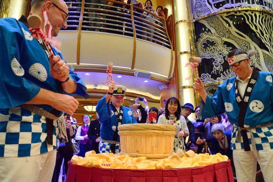 鑽石公主號安排具有日本精神與文化活動,像是開航日與所有賓客一同舉行的獨有清酒鏡開...