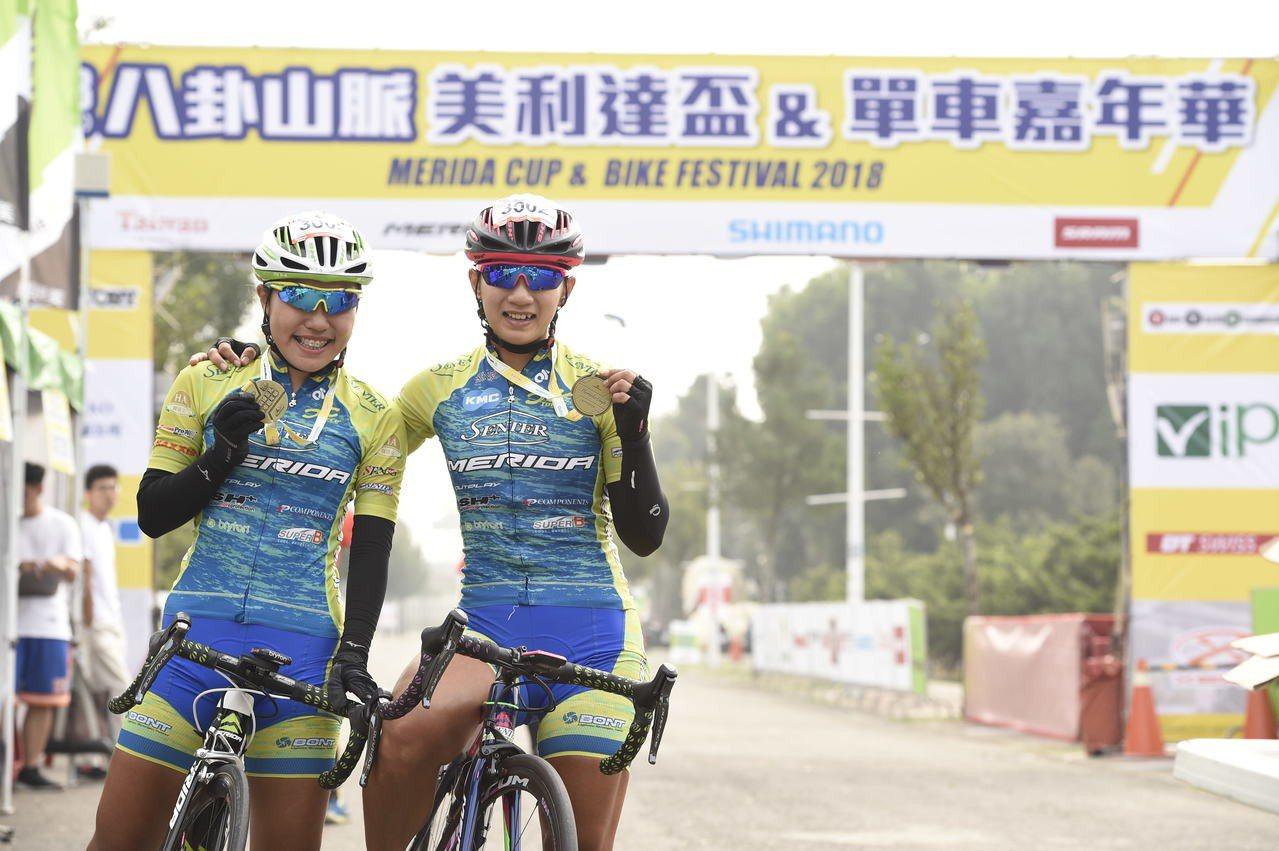 台灣自行車一姊黃亭茵(右)申騰美利達未來之星邱聖芯(左)。圖/主辦單位提供