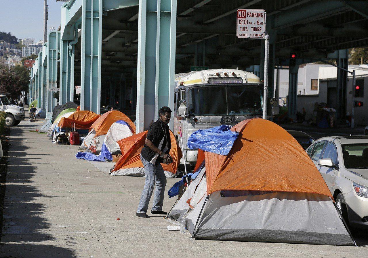 舊金山遊民在路邊帳篷棲身檔案照。美聯社