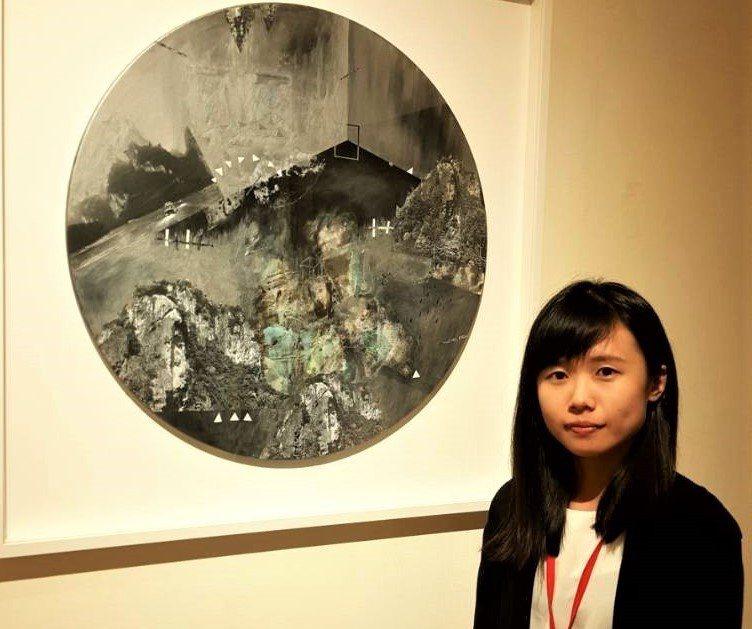 24歲的陳奕妙以平面複合媒材「回憶」在屏東美展第1類勝出。圖/文化處提供