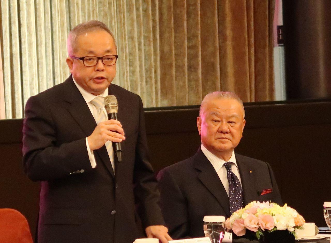 行政院副院長施俊吉(左)表示,政府極力支持企業與商業發展,關於台商資金回台部分,...
